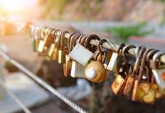 恋人挂锁在旅游业地方 库存照片