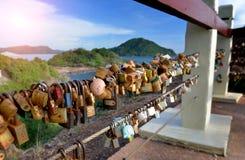 恋人挂锁在旅游业地方 图库摄影