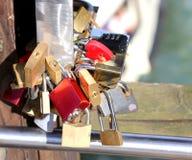 恋人挂锁城市桥梁的 库存图片