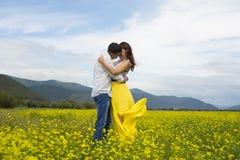 恋人热情地互相拥抱 免版税图库摄影