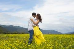 恋人热情地互相拥抱 库存图片