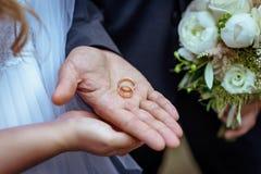 恋人男人和妇女的手 图库摄影