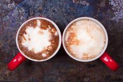 恋人的两个咖啡杯为与拷贝空白的早晨咖啡做准备 免版税图库摄影