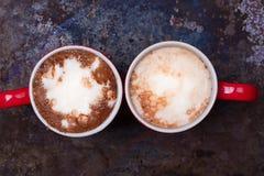 恋人的两个咖啡杯为与拷贝空白的早晨咖啡做准备 库存照片