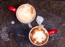 恋人的两个咖啡杯为与拷贝空白的早晨咖啡做准备 库存图片
