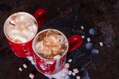 恋人的两个咖啡杯为与拷贝空白的早晨咖啡做准备 免版税库存图片