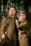 恋人集会 俄国士兵和他的女朋友 俄国战士的画象 免版税库存照片