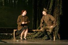 恋人集会 俄国士兵和他的女朋友 俄国战士的画象 免版税图库摄影
