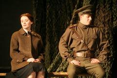 恋人集会 俄国士兵和他的女朋友 俄国战士的画象 免版税库存图片