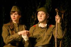 恋人集会 俄国士兵和他的女朋友 俄国战士的画象 库存图片