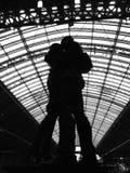 恋人雕塑圣Pancras驻地的,伦敦 库存照片