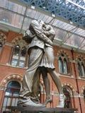 恋人雕塑圣Pancras驻地的,伦敦 免版税库存图片