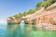 恋人飞跃,湖岸被生动描述的岩石国民, MI 库存照片
