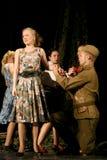 恋人 俄国士兵和他的女朋友 俄国战士的画象 免版税库存照片