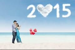 恋人结合亲吻在海滩 免版税库存图片