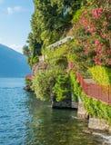恋人`风景`步行在瓦伦纳,科莫湖 意大利伦巴第 库存照片