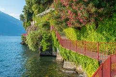 恋人`风景`步行在瓦伦纳,科莫湖 意大利伦巴第 图库摄影