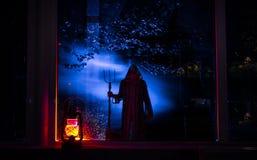 恐怖万圣夜概念 灼烧的老油灯在森林里在晚上 恶梦场面的夜风景 库存图片