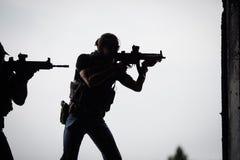 恐怖分子剪影有攻击步枪的 免版税库存图片