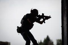 恐怖分子剪影有攻击步枪的 免版税库存照片