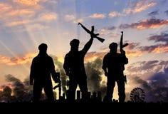 恐怖分子和城市的剪影 免版税库存图片