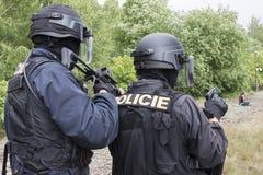 恐怖分子的警察拘留 库存图片