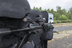 恐怖分子的警察拘留 图库摄影