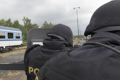 恐怖分子的警察拘留 免版税库存图片