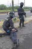 恐怖分子的警察拘留 免版税库存照片