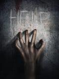 恐怖场面 在墙壁backround的手 海报,盖子概念 图库摄影