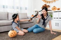 恐怖女孩戏剧与她的母亲的杀害比赛 免版税库存图片