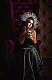 恐怖照片:黑礼服的美丽的哥特式女孩 免版税库存照片
