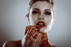 恐怖美丽的吸血鬼妇女特写镜头纵向有血液的 免版税图库摄影
