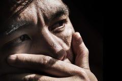 恐惧单独人与光的黑暗的 免版税图库摄影