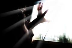 恐惧单独人与光的黑暗的 免版税库存图片