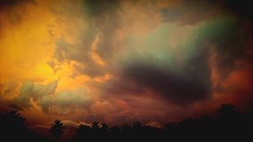 恐惧的云彩 接踵而来的雷暴 库存图片