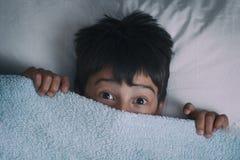 恐惧的在床上,恶梦的概念男孩 图库摄影