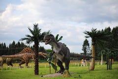 恐龙公园  在自然背景的恐龙  玩具d 免版税库存照片