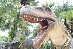 恐龙吃野生骨肉 库存照片