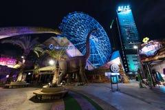 恐龙和弗累斯大转轮在晚上 免版税库存照片