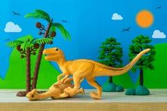 恐龙在狂放的模型背景的战斗场面 库存图片