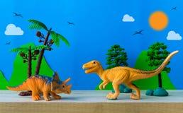 恐龙在狂放的模型背景的战斗场面 免版税库存照片