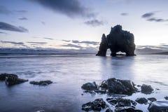 恐龙岩石海滩在冰岛 免版税库存图片