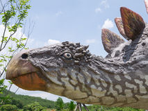 恐龙雕象在主题乐园 库存照片