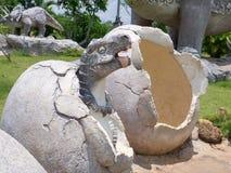 恐龙雕象在主题乐园 库存图片