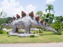 恐龙雕象在主题乐园 免版税库存照片