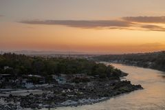 恒河和瑞诗凯诗的看法从Tapovan在日落期间 免版税图库摄影