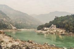 恒河的银行的一个小古老聚会所喜马拉雅山山的 神圣的印地安地方-瑞诗凯诗 库存照片