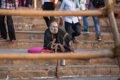 恒河ghats的Sadhu或酵母酒蛋糕圣洁者  免版税库存照片