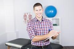 恢复原状在工作的生理治疗师 免版税图库摄影